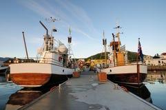 Yates en el puerto en la ciudad de Husavik fotos de archivo
