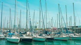 Yates en el puerto Vell Barcelona, España almacen de metraje de vídeo
