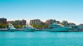 Yates en el puerto Vell de Barcelona, el cielo azul del claro y el mar Mediterráneo verde del claro almacen de video