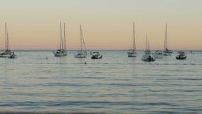 Yates en la tarde en el mar Mediterráneo - 4 K almacen de video