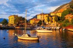 Yates en un puerto en el lago Como, Italia, en puesta del sol imagenes de archivo