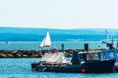 Yates hermosos en la bahía, navegando en el océano, cielo claro, Imagenes de archivo