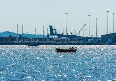 Yates hermosos en la bahía, navegando en el océano, cielo claro, Fotografía de archivo
