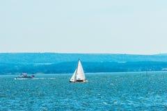 Yates hermosos en la bahía, navegando en el océano, cielo claro, Fotos de archivo