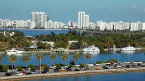 Yates lujosos en Miami Beach, la Florida, visión aérea almacen de metraje de vídeo
