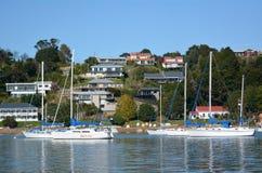 Yates que amarran en la bahía de las islas Nueva Zelanda Foto de archivo libre de regalías