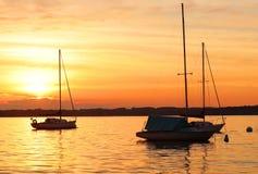 Yates que derivan en el lago durante puesta del sol hermosa del verano Fotografía de archivo libre de regalías