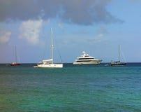 Yates que disfrutan del refugio de la bahía del ministerio de marina, Bequia Imagen de archivo libre de regalías