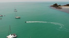 Yates que flotan en bahía tranquila Muchos veleros de lujo que flotan en el agua tranquila en la bahía del mar de la turquesa KOH almacen de video