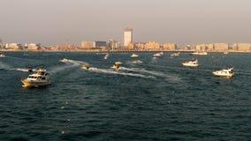 Yates que navegan en el mar en la puesta del sol metrajes