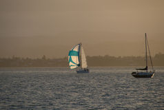 Yates solos en un océano en el tiempo de la tarde Fotos de archivo