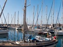 Yates y barcos amarrados en el puerto deportivo Barcos de navegación Foto de archivo libre de regalías