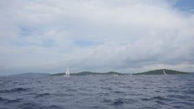 Yates y barcos de la regata almacen de video