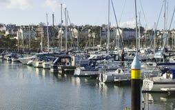 Yates y barcos del poder en sus amarres en el puerto deportivo moderno en el condado abajo Irlanda del Norte de Bangor Fotografía de archivo libre de regalías