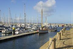 Yates y barcos del poder en sus amarres en el puerto deportivo moderno en el condado abajo Irlanda del Norte de Bangor Foto de archivo libre de regalías