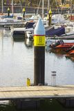 Yates y barcos del poder en sus amarres en el puerto deportivo moderno en el condado abajo Irlanda del Norte de Bangor Foto de archivo
