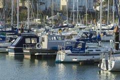 Yates y barcos del poder en sus amarres en el puerto deportivo moderno en el condado abajo Irlanda del Norte de Bangor Imagenes de archivo