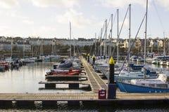 Yates y barcos del poder en sus amarres en el puerto deportivo moderno en el condado abajo Irlanda del Norte de Bangor Fotos de archivo