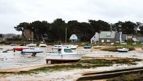 Yates y barcos durante una marea baja del oc?ano almacen de video