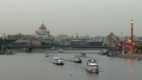 Yates y barcos en ciudad grande cerca del puente crimeo sobre el río de Moscú metrajes