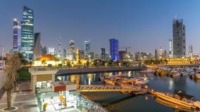 Yates y barcos en el día del puerto deportivo de Sharq al timelapse de la noche en Kuwait La ciudad de Kuwait, Oriente Medio almacen de metraje de vídeo