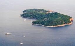 Yates y barcos en el mar adriático en la isla Dubrovnik de Lokrum Fotos de archivo