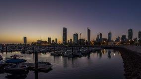 Yates y barcos en la noche del puerto deportivo de Sharq al timelapse del día en Kuwait La ciudad de Kuwait, Oriente Medio almacen de metraje de vídeo