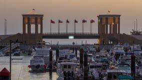 Yates y barcos en la noche del puerto deportivo de Sharq al timelapse del día en Kuwait La ciudad de Kuwait, Oriente Medio almacen de video