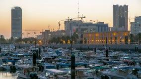 Yates y barcos en la noche del puerto deportivo de Sharq al timelapse del día en Kuwait La ciudad de Kuwait, Oriente Medio metrajes