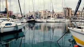 Yates y barcos en puerto viejo en Palermo, Sicilia almacen de video