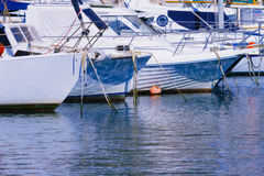 Yates y barcos en un puerto Foto de archivo libre de regalías