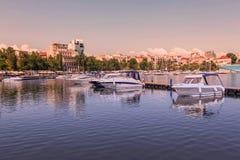 Yates y barcos modernos en el puerto turístico Constanta Imagen de archivo libre de regalías