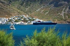 Yates y naves en el pueblo de Kamares en Grecia Imagen de archivo