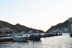 Yates y pescadores en la puesta del sol, el Mar Negro Imagenes de archivo