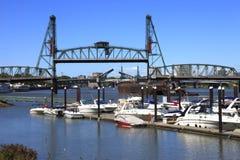 Yates y tráfico del río. Fotos de archivo libres de regalías
