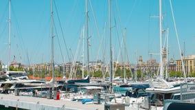 Yates y yates del motor en el puerto Barcelona metrajes