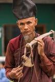 Yati或yathei收集在街道上的隐士修士施舍在Kyaiktiyo塔或金黄岩石,缅甸附近 库存图片