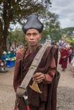 Yati或yathei收集在街道上的隐士修士施舍在Kyaiktiyo塔或金黄岩石,缅甸附近 免版税库存照片