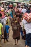 Yati或yathei收集在街道上的隐士修士施舍在Kyaiktiyo塔或金黄岩石,缅甸附近 库存照片