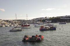 Yaughts i den yttre hamnhamnen Brixham Devon England UK Arkivbilder