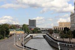 Yauzarivier in Moskou en de dijken van de Yauza-Rivier royalty-vrije stock afbeelding