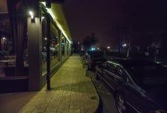 Yavorov堤防的夜餐馆在保加利亚波摩莱 免版税库存图片
