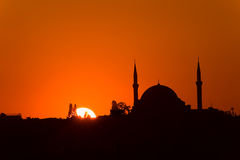 Yavuz Sultan Selim Camii al tramonto. Sunset in Istanbul with the silhouette of the Yavuz Sultan Selim Mosque Stock Photo