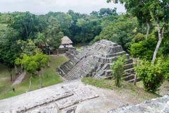 YAXHA GWATEMALA, MARZEC, - 12, 2016: Ruiny Północny akropol przy archeologicznym miejscem Yaxha, Guatema obrazy royalty free