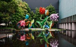 Yayoi Kusama polki kropki rzeźba - chimeryk kwitnie przy matami zdjęcia royalty free