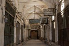 YAZD, ИРАН - 19-ОЕ АВГУСТА 2016: Пустая улица в покрытом базаре Yazd, Ирана стоковые фотографии rf