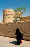 Yazd der Iran alte Stadtstraße mit verschleierter Frau Lizenzfreie Stockfotografie