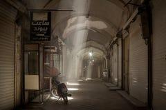 YAZD, IRAN - 19 AOÛT 2016 : Rue vide dans le bazar couvert de Yazd, Iran Images stock
