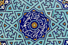 YAZD IRAN - OKTOBER 07, 2016: Belagd med tegel bakgrund, orientalisk ornam Royaltyfri Bild