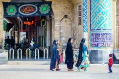 Yazd IRAN, Październik, - 27, 2016: Grupa muzułmańska kobieta przed emira Chakhmaq kompleksem Obraz Stock